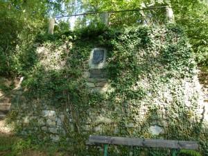 Denkmal im Wald bei Löwenburg